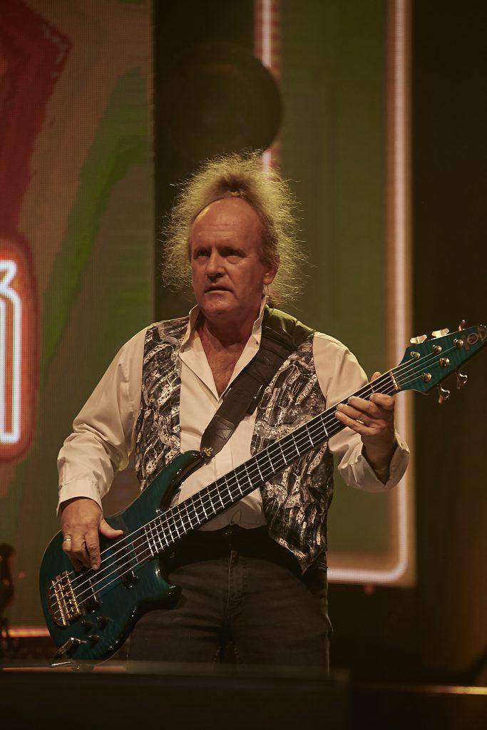 Mietek Jurecki z gitarą
