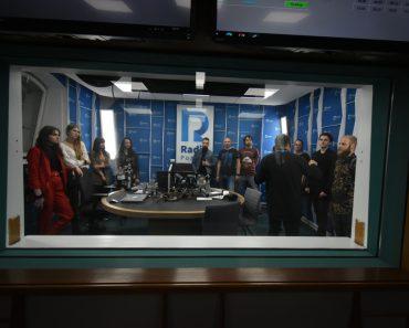 uczestnicy festiwalu zwiedzający Radio Poznań